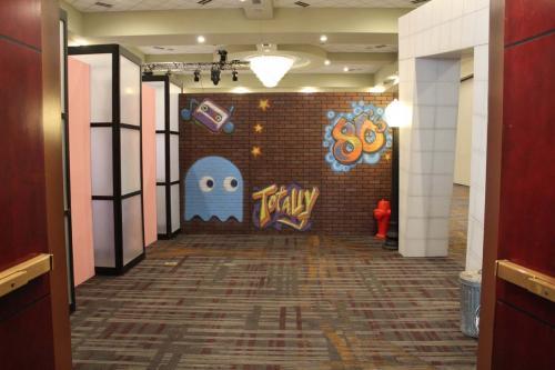 80s - Hallway Decor